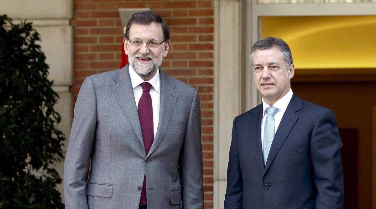 El presidente del Gobierno, Mariano Rajoy, y el lendakari, Íñigo Urkullu, en enero del 2013, en la Moncloa, en la primera reunión que mantuvieron como jefes de ambos ejecutivos.