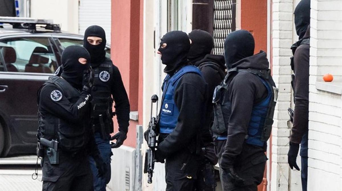 Policías belgas desplegados en una calle de Molenbeek, este lunes.