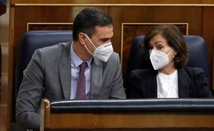 El Gobierno unificará la formación profesional educativa y de empleo. En la foto, Pedro Sánchez y Carmen Calvo en el Congreso.