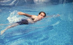 Lluís Prenafeta en su piscina, en 1990.