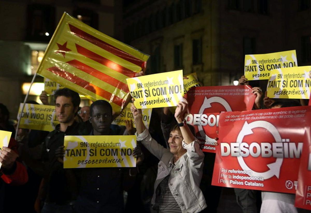 Simpatizantes y militantes de la CUP, anoche, delante del palacio de la Generalitat.