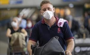 Un hombre con mascarilla para protegerse del coronavirus tras bajar de un avión en el aeropuerto de Sao Paulo, Brasil.