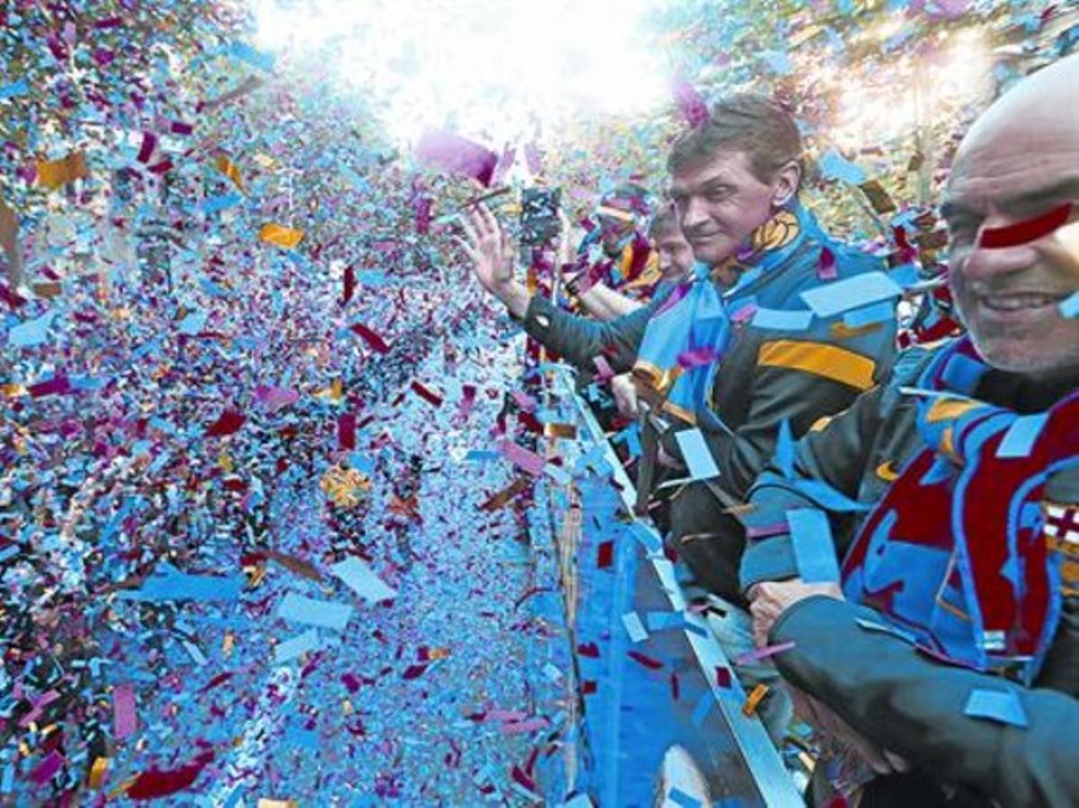 Tito saluda a los barcelonistas desde el autobús de la rúa para festejar la consecución de la Liga, en mayo del 2013.