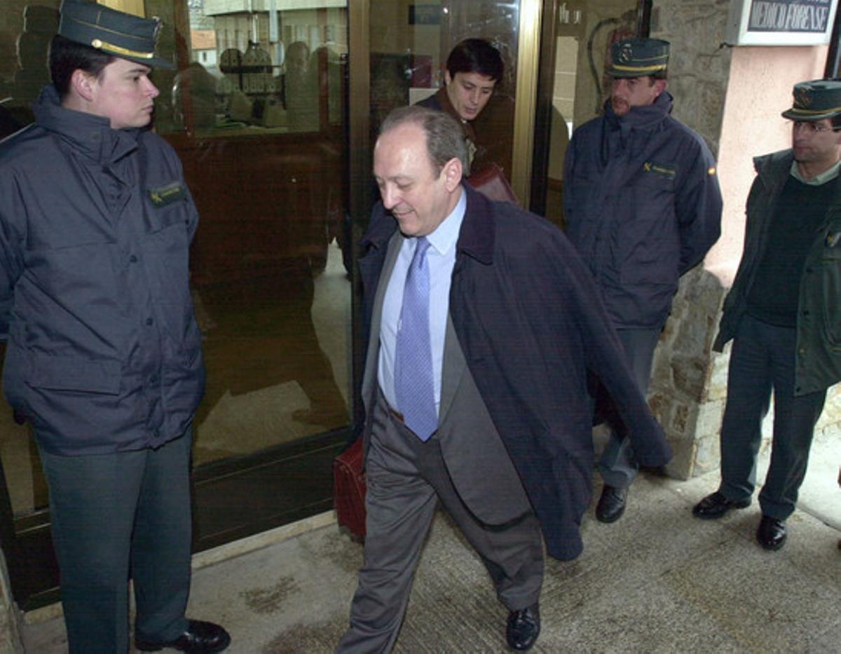 El director general de Marina Mercante, José Luis López Sors, acompañado por el abogado del Estado, Antonio Vázquez Guillen (detrás), en el juzgado número uno del Corcubión antes de su declaración como imputado, en abril del 2003.