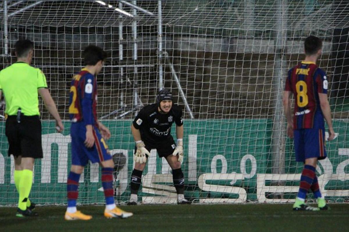 Pjanic se dispone a lanzar el penalti que falló ante el Cornellá