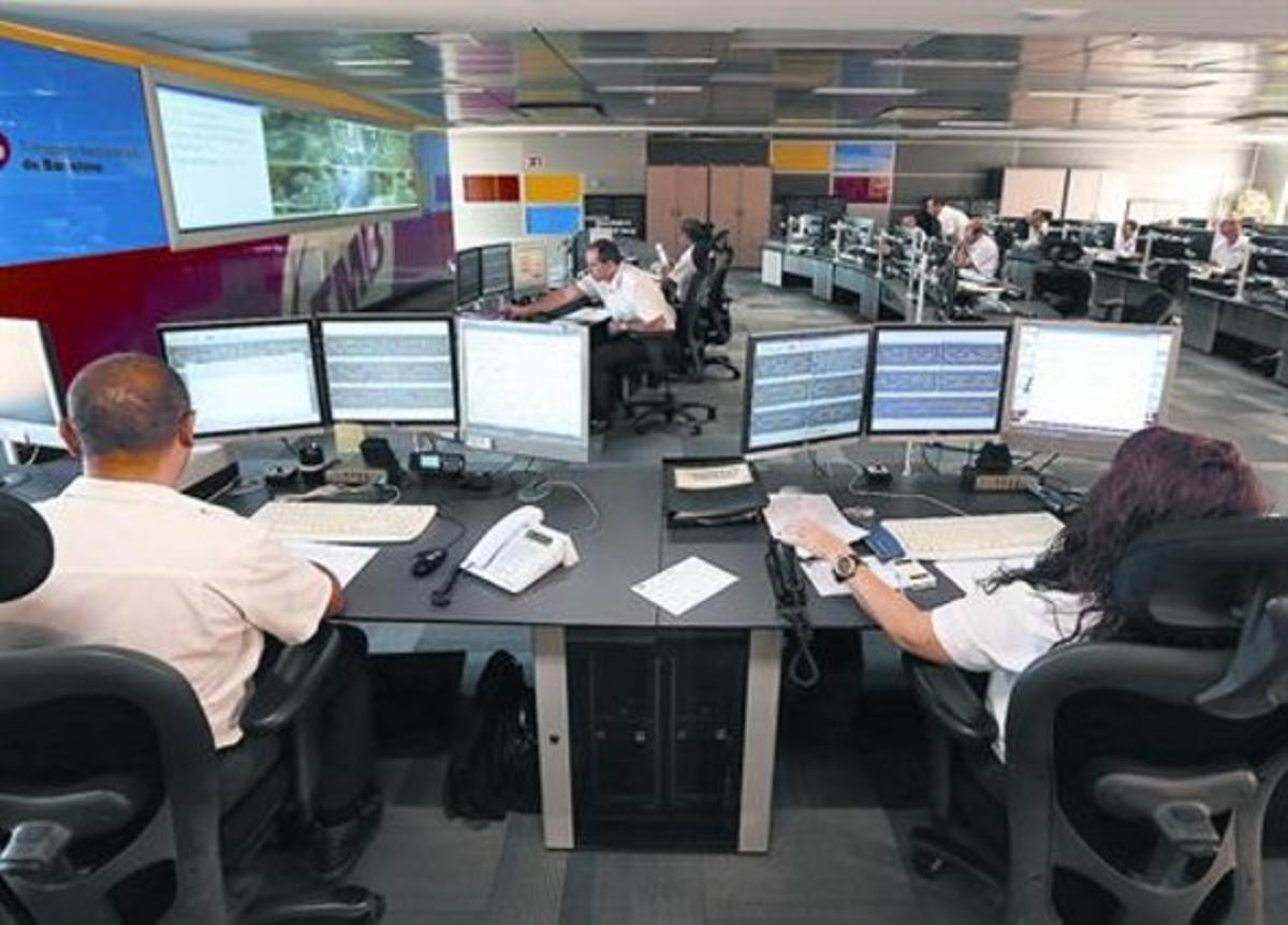La sala de control de los autobuses de Barcelona, con una veintena de comandos que gestionan las líneas en función de la cochera de salida.