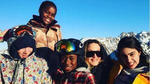 Madonna, con sus cuatro hijos en los Alpes.