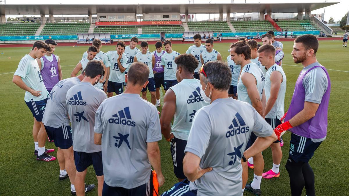 Los jugadores de la selección, con Luis Enrique en primer término, en Las Rozas.