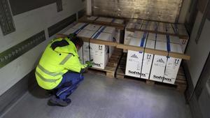 Cajas con la vacuna de Pfizer son almacenadas en un depósito en Irxleben, en el este de Alemania.