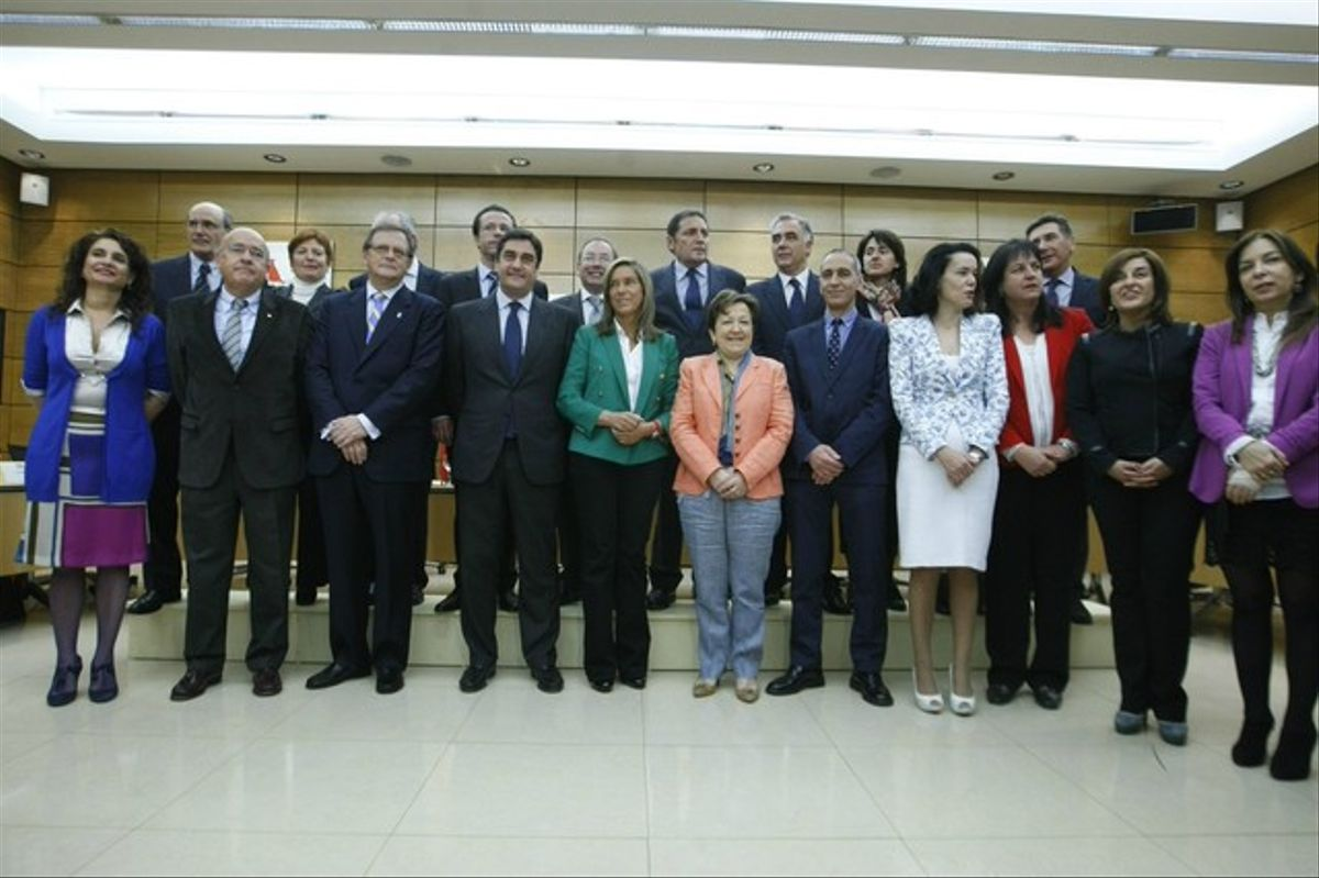 La ministra de Sanidad, Ana Mato (con chaqueta verde, en el centro), junto a los consejeros de Sanidad de las autonomías, este miércoles, en Madrid.