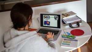 Una profesora de educación infantil prepara loscontenidos para su próxima clase a distancia.