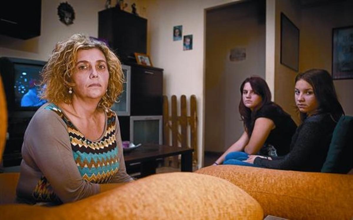 Unidas 8Victoria y sus dos hijas, Amanda y Judith, en el piso de alquiler de Cubelles donde viven desde que perdieron la casa.