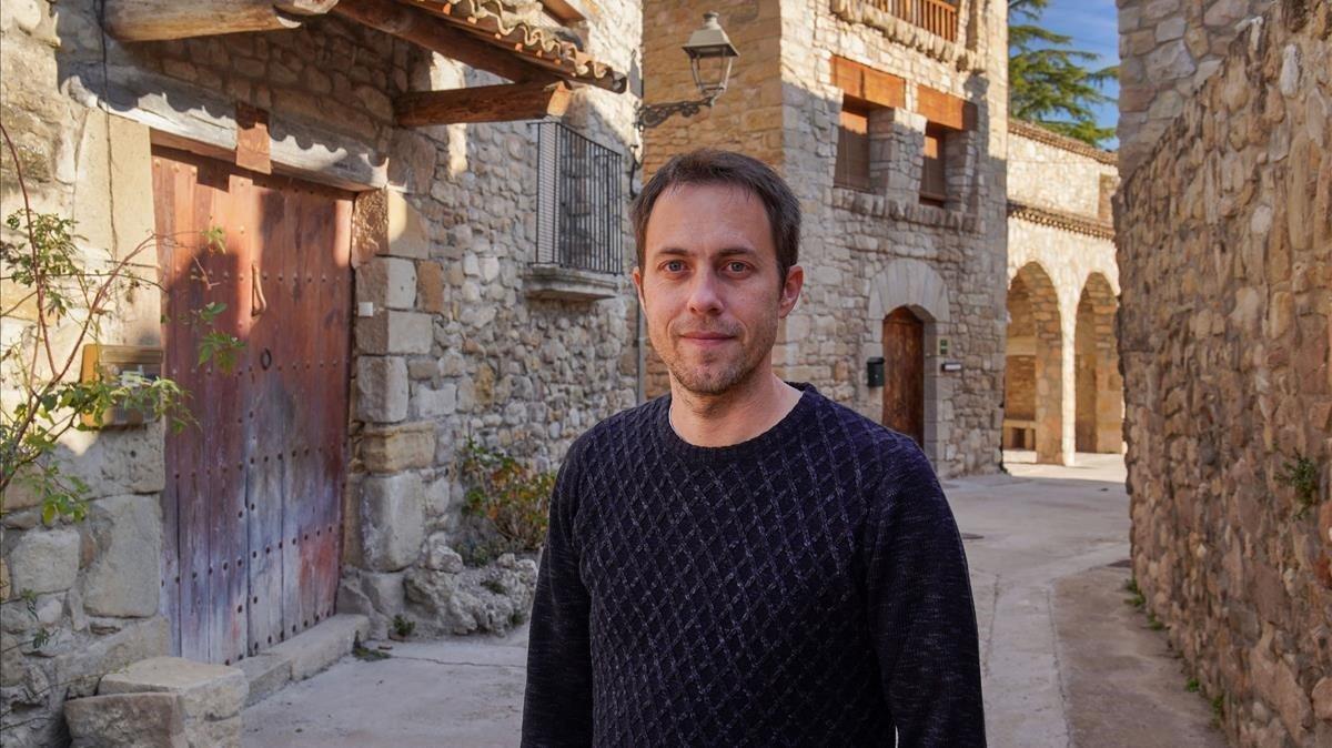 Ton Lloret, impulsor de la iniciativa Repoblem, en Twitter, en el núcleo de Clariana (municipio de Argençola), donde vive con su familia.