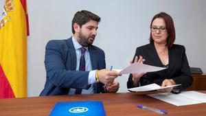 Isabel Franco, ganadora de las elecciones primarias de Ciudadanos en Murcia, junto al presidente autonómico y líder del PP en la Región, Fernando López Miras.