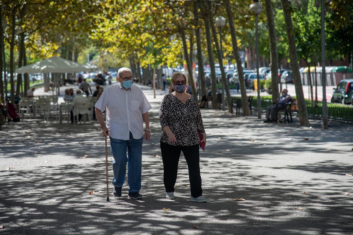 Dos personas mayores pasean