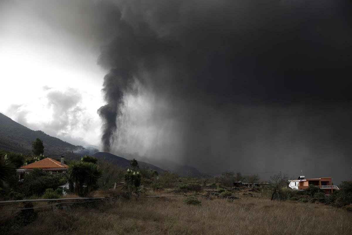 Nube de cenizas y polvo generada por el volcán de La Palma.
