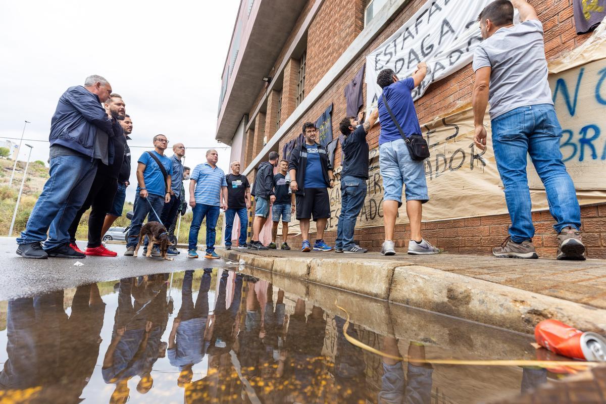 Los trabajadores de Mopavid, a las puertas de la fábrica.