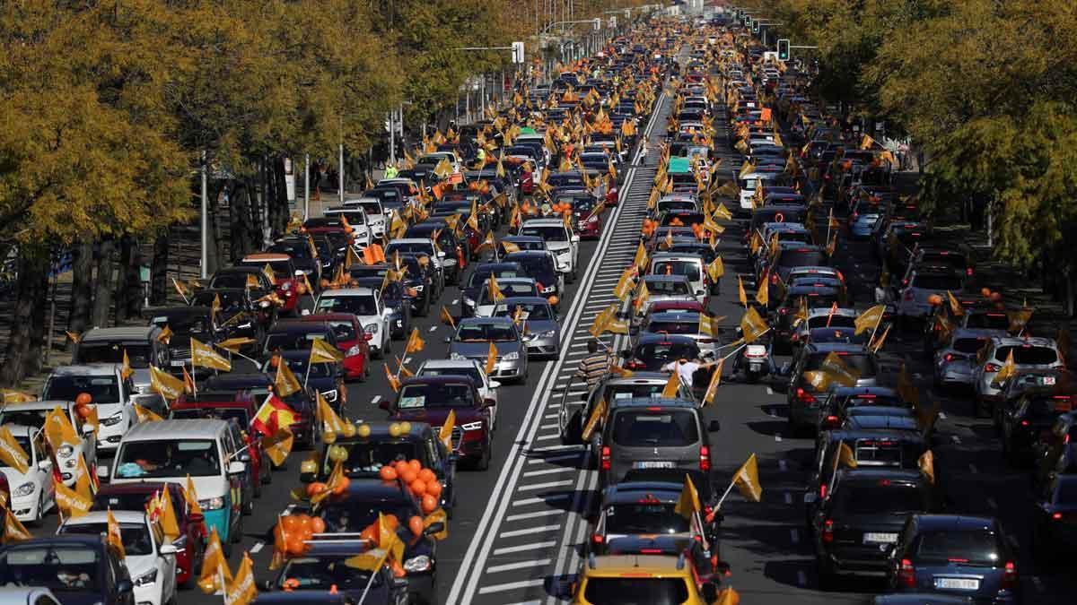 Cientos de coches llenan la Castellana de Madrid contra la 'Ley Celaá'