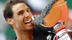 Nadal posa con el trofeo conquistado en Montecarlo tras su victoria ante Ramos