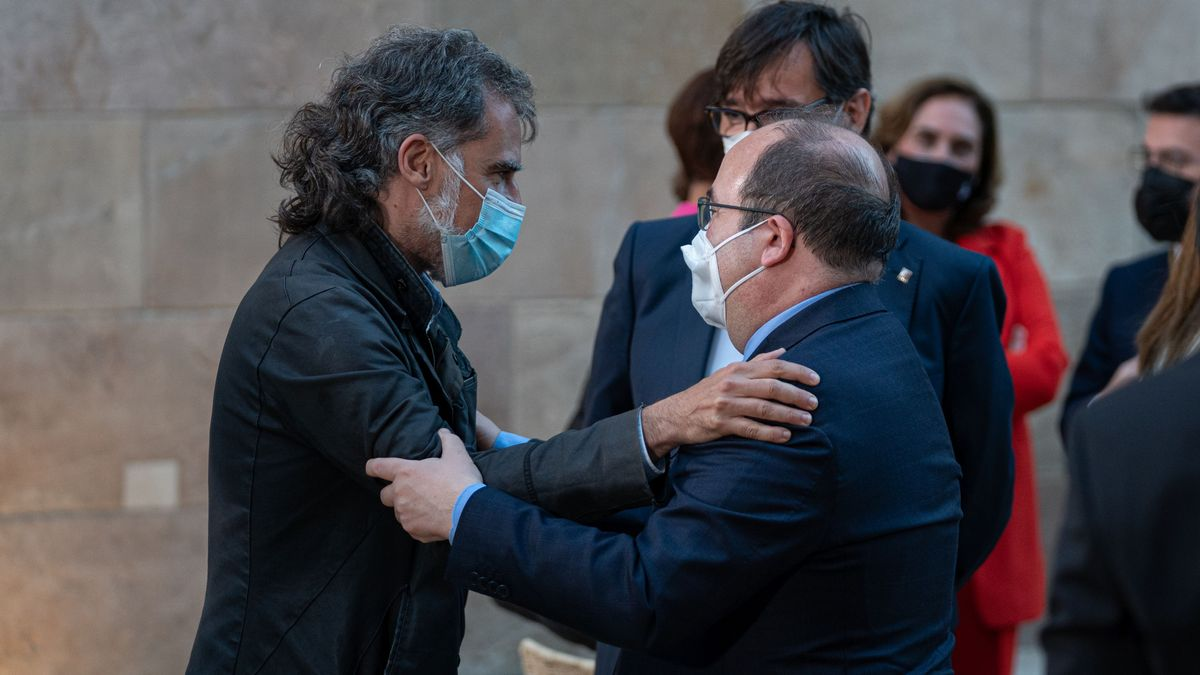 Jordi Cuixart y Miquel Iceta se saludan en la toma de posesión de Pere Aragonès com 132 presidente de la Generalitat de Catalunya