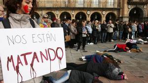 Concentración en la Plaza Mayor de Salamanca de alumnos de la facultad de Bellas Artes, donde estudió Laura Luelmo.