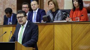 El líder de Vox en el Parlamento de Andalucía, Francisco Serrano, durante su discurso.