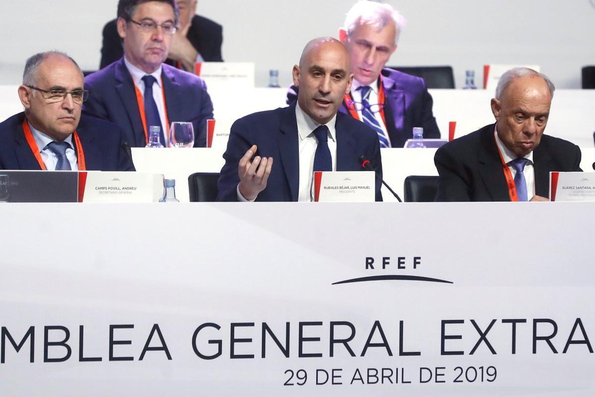 El presidente de la Federación Luis Rubiales (c) se dirige a la asamblea.