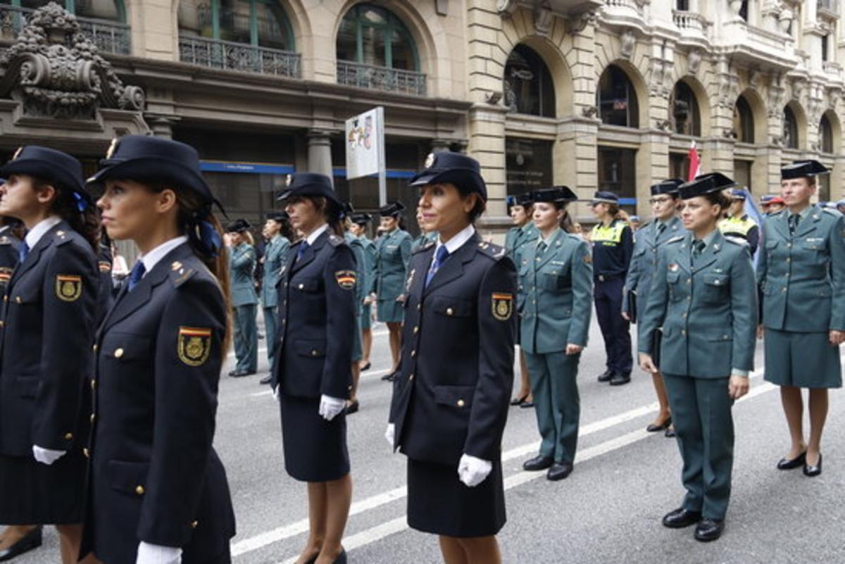 Agentes de la Guardia Civil y Policía Nacional, durante el paseo matinal por Barcelona.