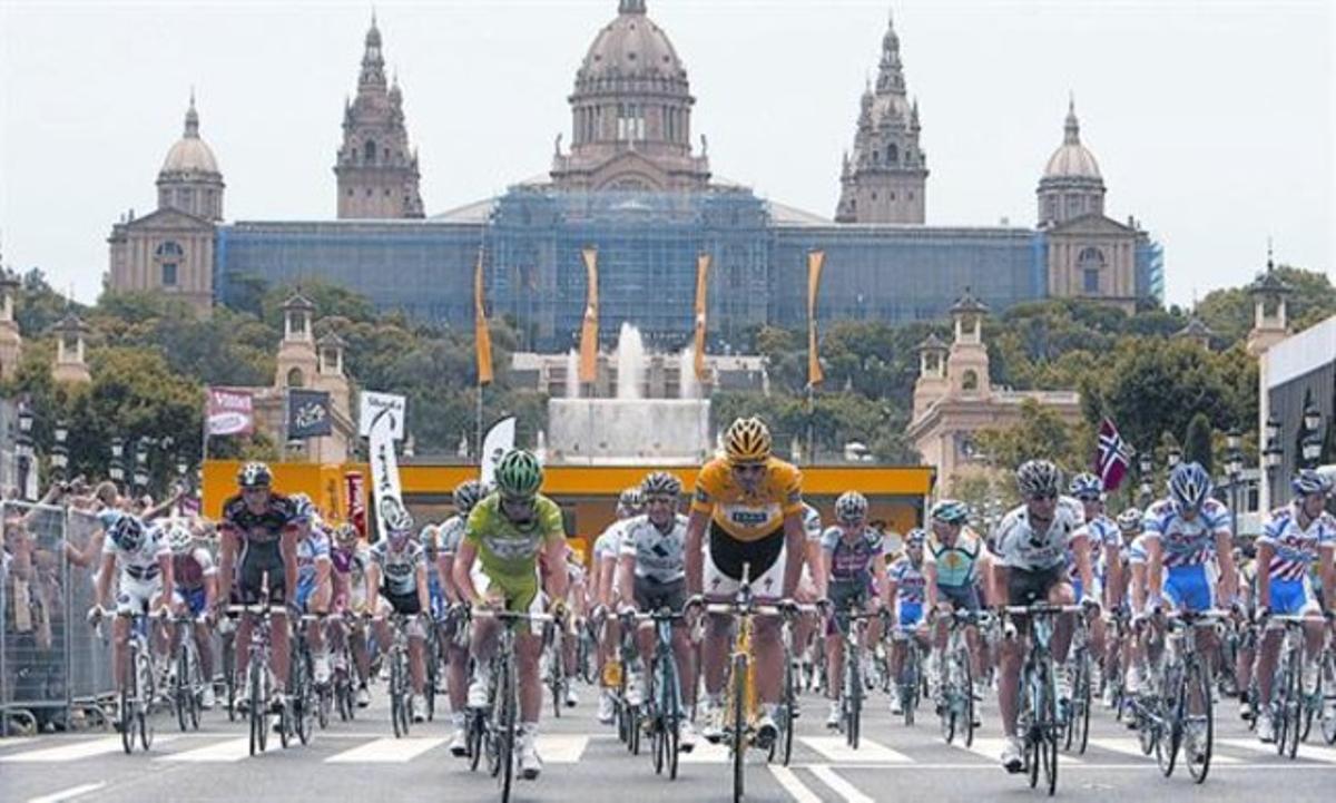 El pelotón del Tour, a su salida de Montjuïc, en la etapa que Barcelona albergó en el 2009.