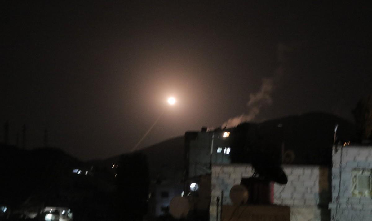 Misil lanzado desde la defensa siria responde en Damasco el ataque de EEUU, Reino Unido y Francia.