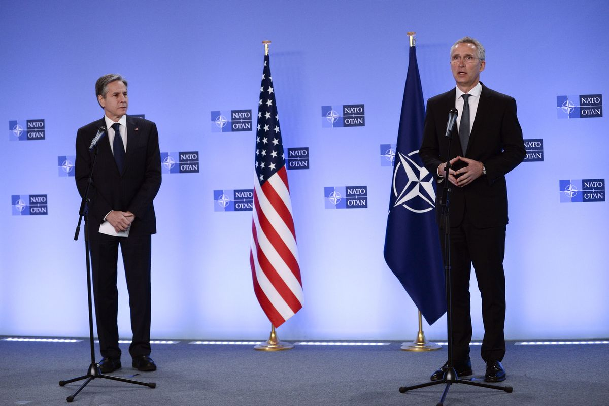El secretario general de la OTAN, Jens Stoltenberg, (derecha) junto al secretario de Estado de EEUU, Antony Blinken, hoy en Bruselas.