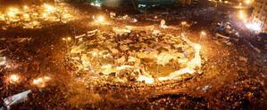 Miles de manifestantes celebran en la plaza Tahrir de El Cairo la caída de Hosni Mubarak, el 11 de febrero de 2011.