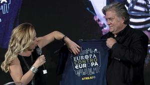 Steve Bannon con la dirigente del partido posfascistaGiorgia Meloni en Roma con una camiseta que lleva escrito el eslogan Europa contra Europa.