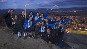 Las jugadoras del Voltregà posan en la Creu del Morral, sobre Sant Hipòlit, con la sexta Copa de Europa femenina del club.