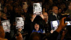 Manifestantes pidiendo la libertad de Julian Assange, este lunes en Barcelona.