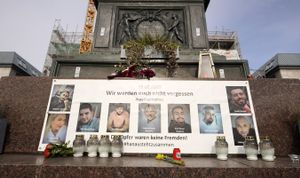 Mural en homenaje a las víctimas del atentado de hace un año, este martes en Hanau.
