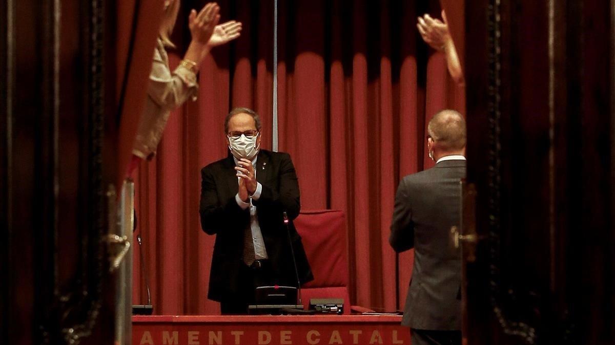 El expresidente de la Generalitat, Quim Torra, recibe el aplauso de los diputados de JxCat.