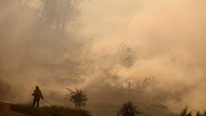 Un bombero trabaja en la extencion del fuego que se ha extendido cerca de la localidad de Irvinen, enCalifornia.