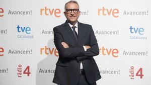 El sacerdote Carlos Fuentes, presentador de 'Ara i aquí', en TVE-Catalunya.