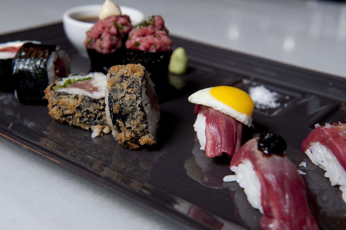 Plato de sushi de carne.
