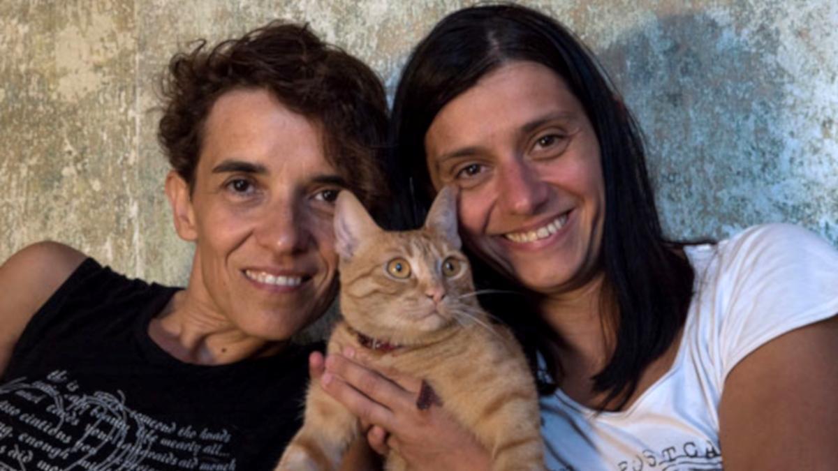 Las directoras Mina Mileva (izquierda) y Vesela Kazova,junto al gato protagonista.