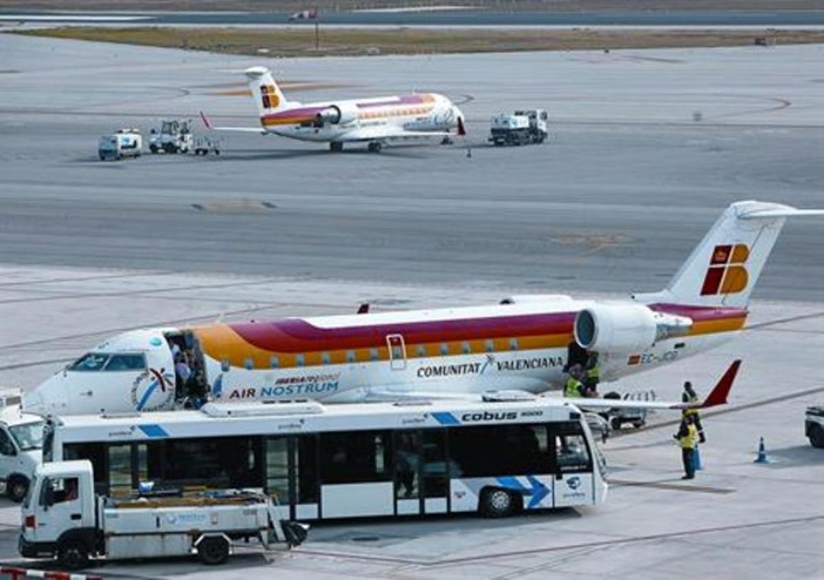 Un avión camino del despegue y otro recién llegado, ayer en El Prat.