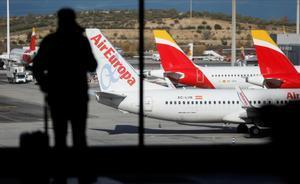 Iberia sella la compra de Air Europa por 500 millones de euros. En la foto, aviones de ambas compañías en el aeropuerto Adolfo Suárez Madrid-Barajas.