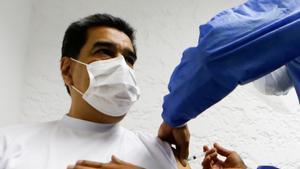 El presidente venezolano, en el momento de recibir la inyección.