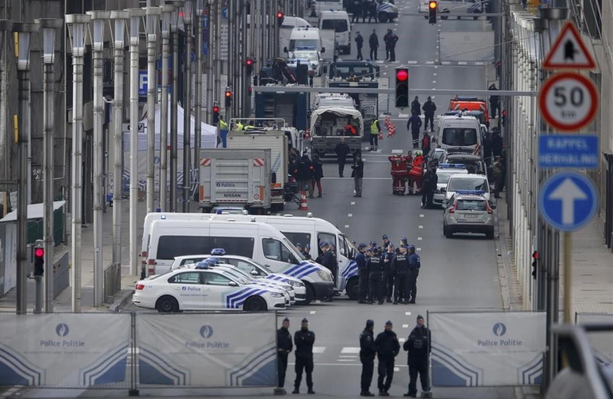 Fuerzas de seguridad y unidades de emergencia en la céntrica calle Loi de Bruselas.