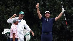 Rahm celebra con su 'caddie' Adam Hayes un impresionante 'hole in one' en Augusta, el martes.