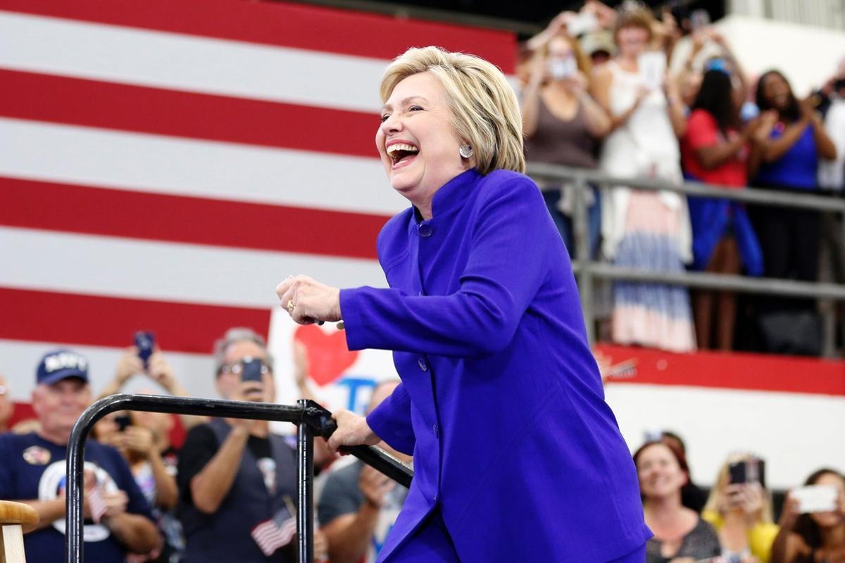 Hillary Clinton sube al estrado durante un mitin en California.