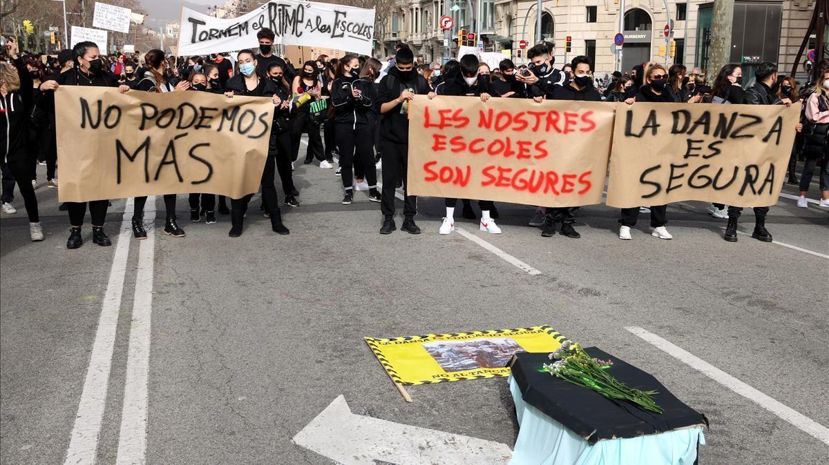 Tres de las pancartas de la manifestacion de los centros privados de danza en el cruce de Aragó y Paseo de Gràcia.