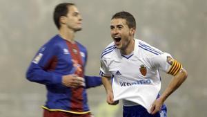 Gabi (Zaragoza) y Nano (Levante), durante el partido que acabó en empate (2011).
