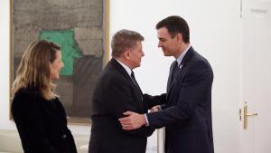 El presidente del Gobierno, Pedro Sánchez (d), conversa con el director de la OIT, Guy Rider, en presencia de la ministra de Trabajo, Yolanda Díaz durante la reunión en Moncloa.